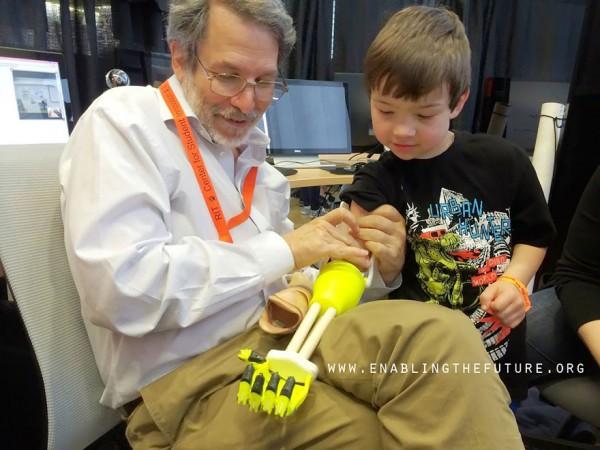 Engenheiro faz próteses para crianças carentes inspiradas em super-heróis