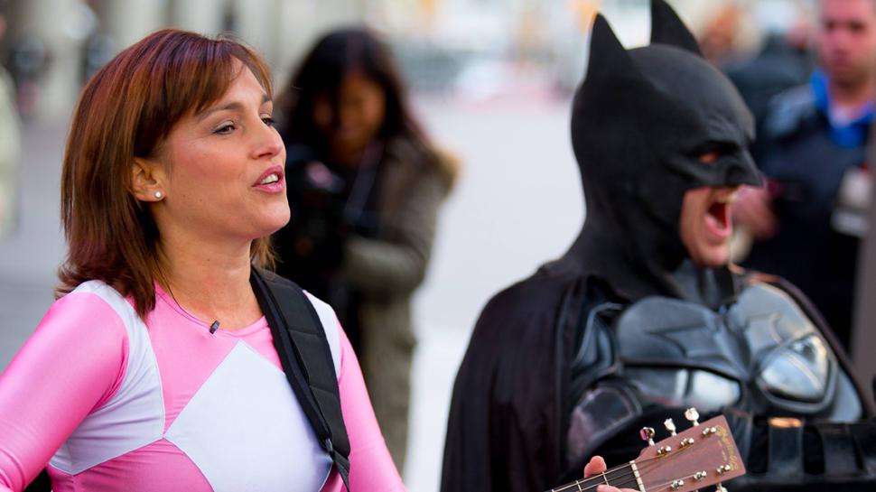 Ranger Rosa e Batman tocam violão nas ruas pra promover novo filme 1