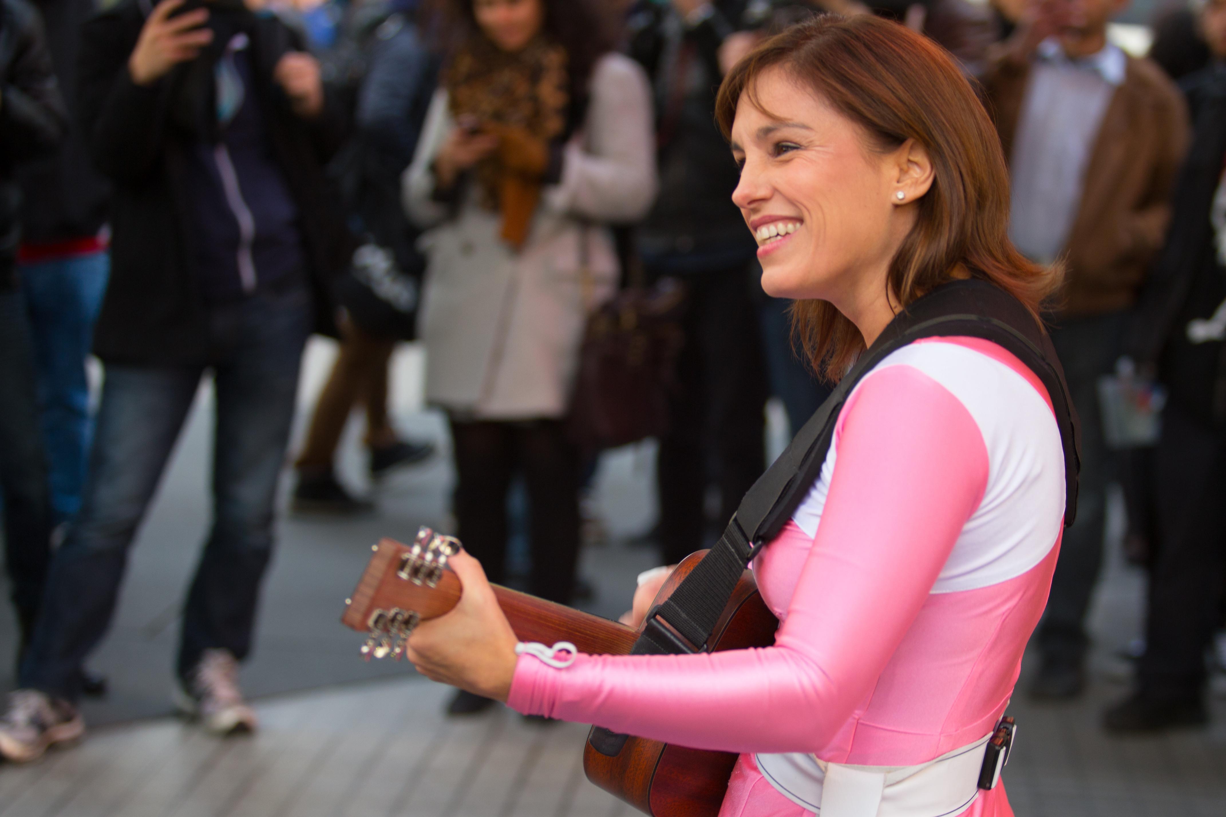 Ranger Rosa e Batman tocam violão nas ruas pra promover novo filme 3