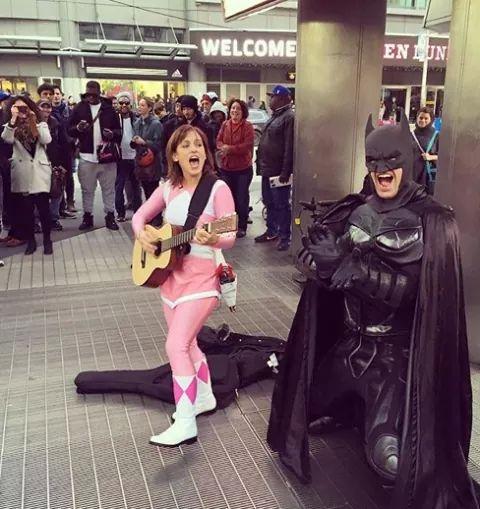 Ranger Rosa e Batman tocam violão nas ruas pra promover novo filme 5