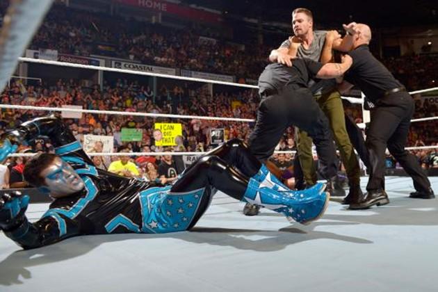 Arrow invade ringue da WWE e dá um pau em Stardust