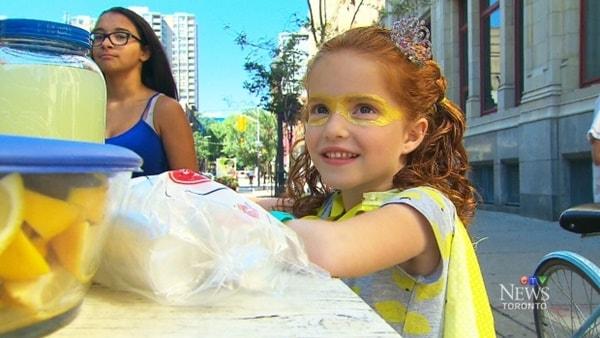 Esquadrão Suicida | Atores visitam menina que vende limonada para ajudar no tratamento do irmão
