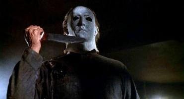 Michael Myers aterrorizando pessoas em uma pegadinha