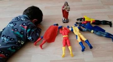 Foto de garoto rezando com super-heróis viraliza na web