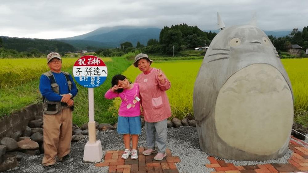 Casal de idosos cria estátua de 'Totoro' em ponto de ônibus