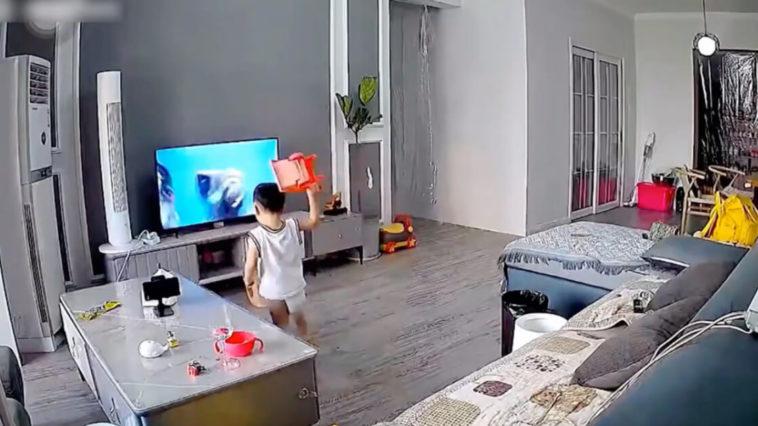 Menino de 2 anos quebra TV ao tentar ajudar o super-herói