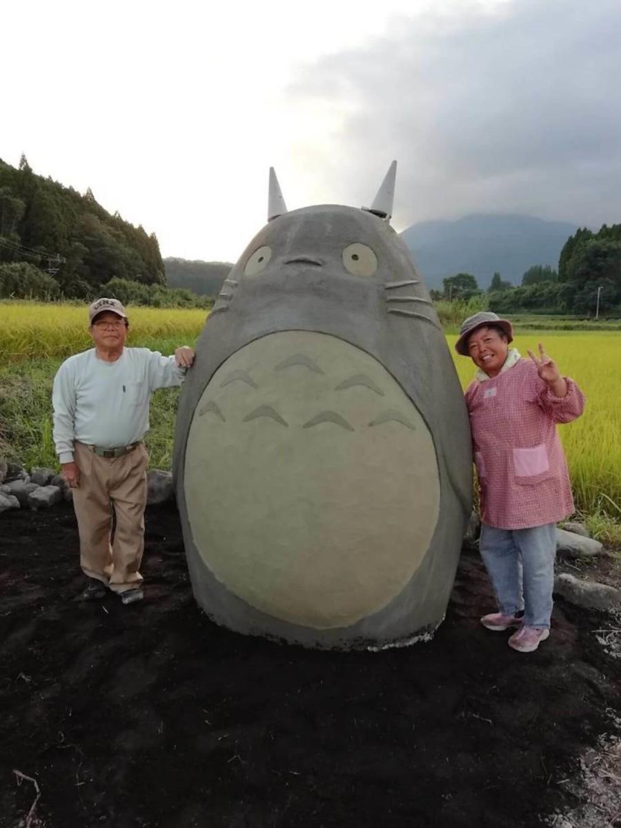 Aos 70 anos eles construíram um Totoro em tamanho real